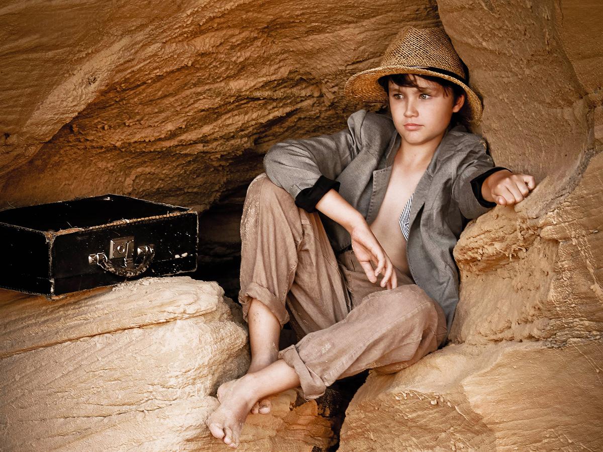 Фото Мальчик в образе Тома Сойера / Tom Sawyer из одноименного романа Марка Твена / Mark Twain
