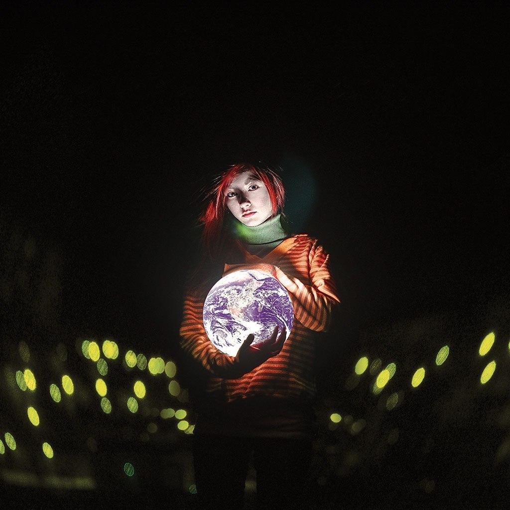 Фото Девушка в руках держит планету, фотограф Кирилл Сакрюкин