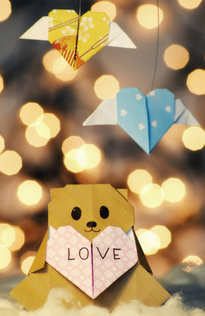 Фото Бумажный мишка из бумаги держит бумажное сердечко (Любовь / Love)