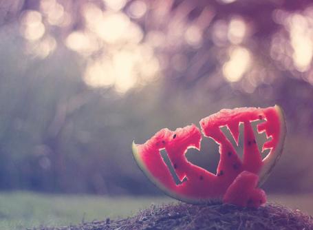 Фото Кусок арбуза с вырезанной на нем надписью LOVE / Любовь и сердечко из его мякоти