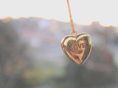 Фото Кулон в виде сердца с гравировкой в виде слова LOVE / ЛЮБОВЬ