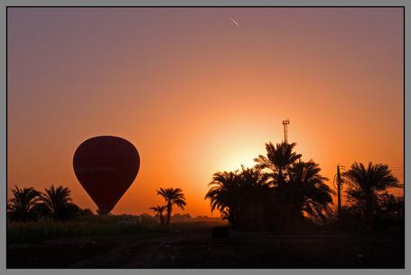 Фото Воздушный шар готовится к запуску в вечернее небо