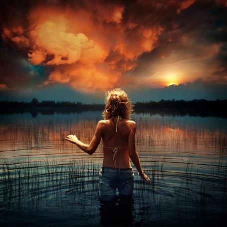 Фото Девочка в воде стоит к нам спиной, на фоне облачного неба, фотограф Dragan Todorovic