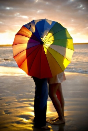 Фото Парень с девушкой скрылись за разноцветным зонтиком, by photography Funky Juice