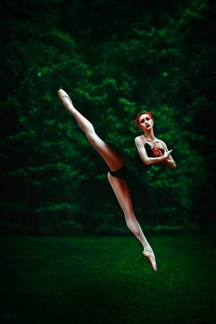 Фото Девушка в прыжке в шпагате на фоне зеленой листвы, фотограф Светлана Беляева