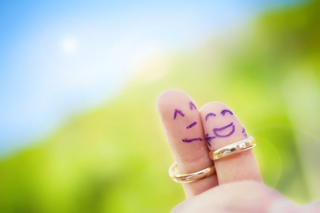 Фото Два счастливых влюбленных пальца в обручальных кольцах