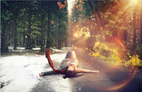 Фото Девушка лежит на дороге, одна ее половина одета в летнюю одежду, а другая половина лежит на снегу и одета в зимнюю одежду, фотограф Marina Gondra