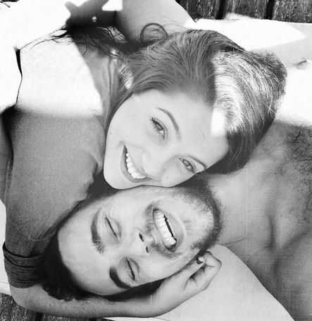 Фото Радостные обнимающиеся парень и девушка