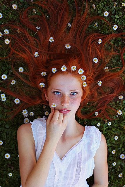 Фото Рыжеволосая девушка с ромашками в волосах, фотограф Maja Topcagic