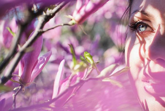Лицо девушки в солнечном весеннем свете, фотограф Maja Topcagic