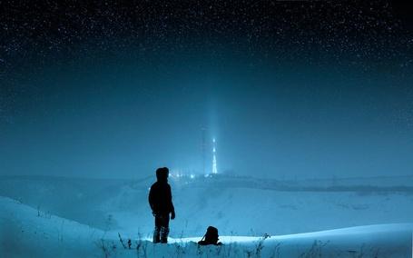 Фото Мальчик стоит на снежной вершине на фоне звездного неба, фотограф Александр Игнатенко