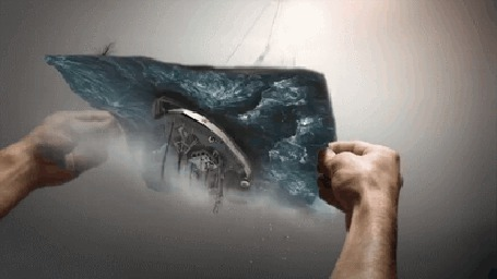 Фото Руки переворачивают полотно с кораблем на воде во время шторма
