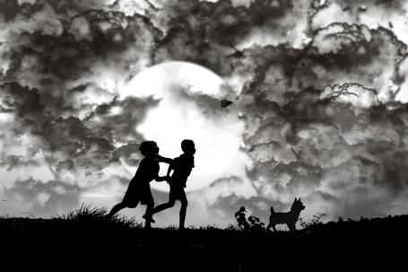 Фото Два маленьких мальчика бегут за собакой на фоне полной луны, один из них бросил бумажный самолетик, фотограф 3 Joko