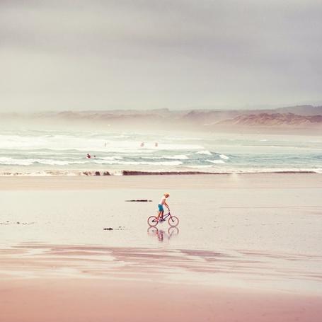 Фото Мальчик на велосипеде едет по берегу моря, фотограф Andrew Smith