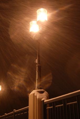 Фото Ночной фонарь освещает падающий снег (© zmeiy), добавлено: 04.03.2014 01:12