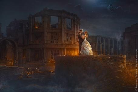 Фото Мужчина в костюме и девушка в свадебном платье стоят, держась за руки, на фоне развалин и ночного неба, фотограф Александр Лазарев (© PolinaPolina), добавлено: 04.03.2014 01:50