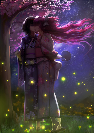 Фото Хомура Акэми / Homura Akemi и Мадока Канамэ / Madoka Kaname из аниме Девочка-волшебница Мадока Магика / Mahou Shoujo Madoka Magica целуются, стоя под цветущей сакурой в окружение светлячков, art by blackrabbitsoul