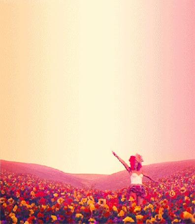 Фото Певица Рианна / Rihanna поет, стоя в поле цветов, кадр из клипа Only Girl