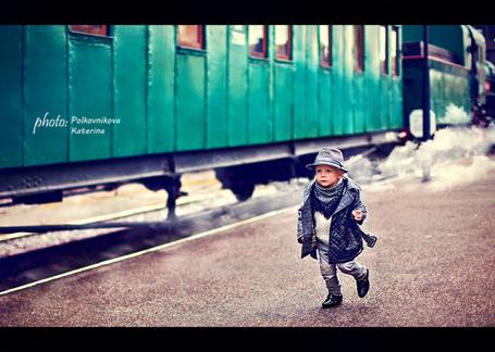 Фото Мальчик в шляпе, идущий по перрону вокзала мимо стоящего поезда, автор Полковникова Катерина