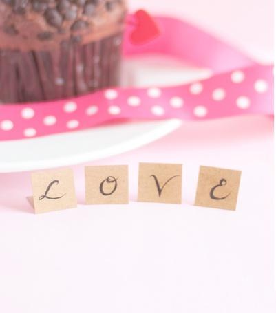 Фото Шоколадный кекс и розовая ленточка в белый горошек на заднем фоне (Love / Любовь)