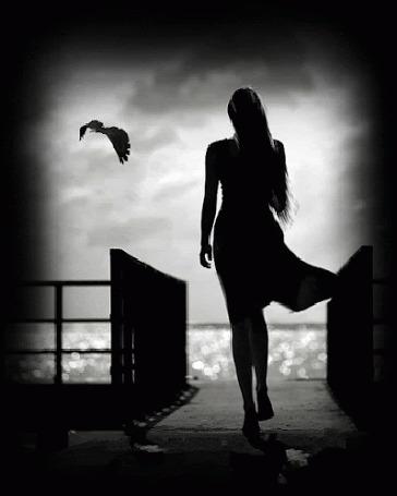 Фото Девушка стоит на мосту к нам спиной на фоне моря, рядом парит чайка