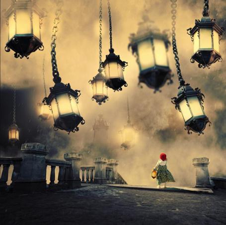 Фото Девочка в красной шапочке идет по мосту, над ней много висящих фонарей, автор Garas Ionut