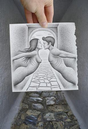 Фото В руке человека рисунок с парнем и девушкой, работа Когда противостоящие стены оживают, художник Бен Хейн