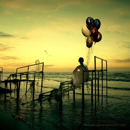 Фото Девушка с воздушными шарами сидит у моря на разрушенной конструкции, напротив нее сидит девочка, автор Blaumohn