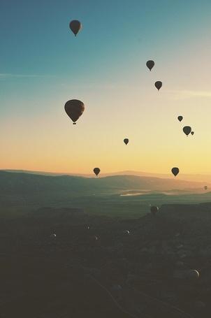 Фото Воздушные шары, парящие в небе над горами