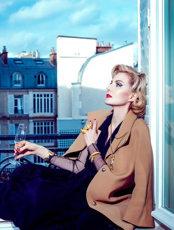 Фото Рената Литвинова с бокалом в руке сидит на подоконнике открытого окна, фотограф Дмитрий Исхаков