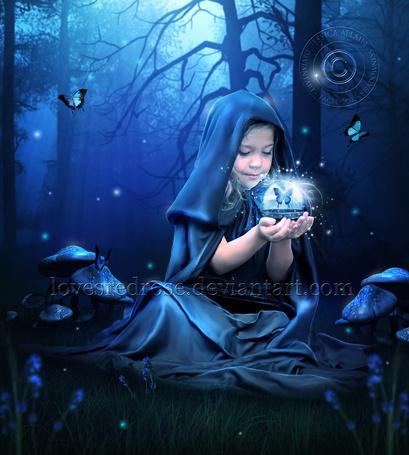 Фото Девочка со стекляной сферой, внутри которой бабочка, в руках сидит на траве в лесу, работа LovesRedRose