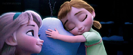 Фото Анна обняла Олафа, смотря на Эльзу. момент из мультика Холодное сердце / Frozen