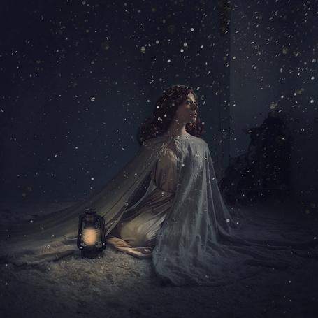 Фото Девушка сидит на снегу, рядом с ней горящий фонарь, фотограф Brooke Shaden