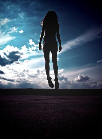 Фото Девушка в воздухе на фоне неба и облаков, фотограф Женя Ракова