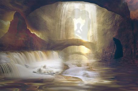 Фото Сгорбившийся старец в черном одеянии с палкой в руке, стоящий на берегу горного водопада вспоминает свою молодость представшую в облике стоящих в обнимку силуэтов юноши и девушки на фоне потока воды, автор Nataliorion