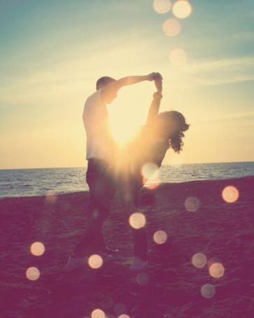 Фото Девушка и мужчина взявшись за руки стоят на берегу моря (© Обжигающий Кофе), добавлено: 06.08.2011 22:22