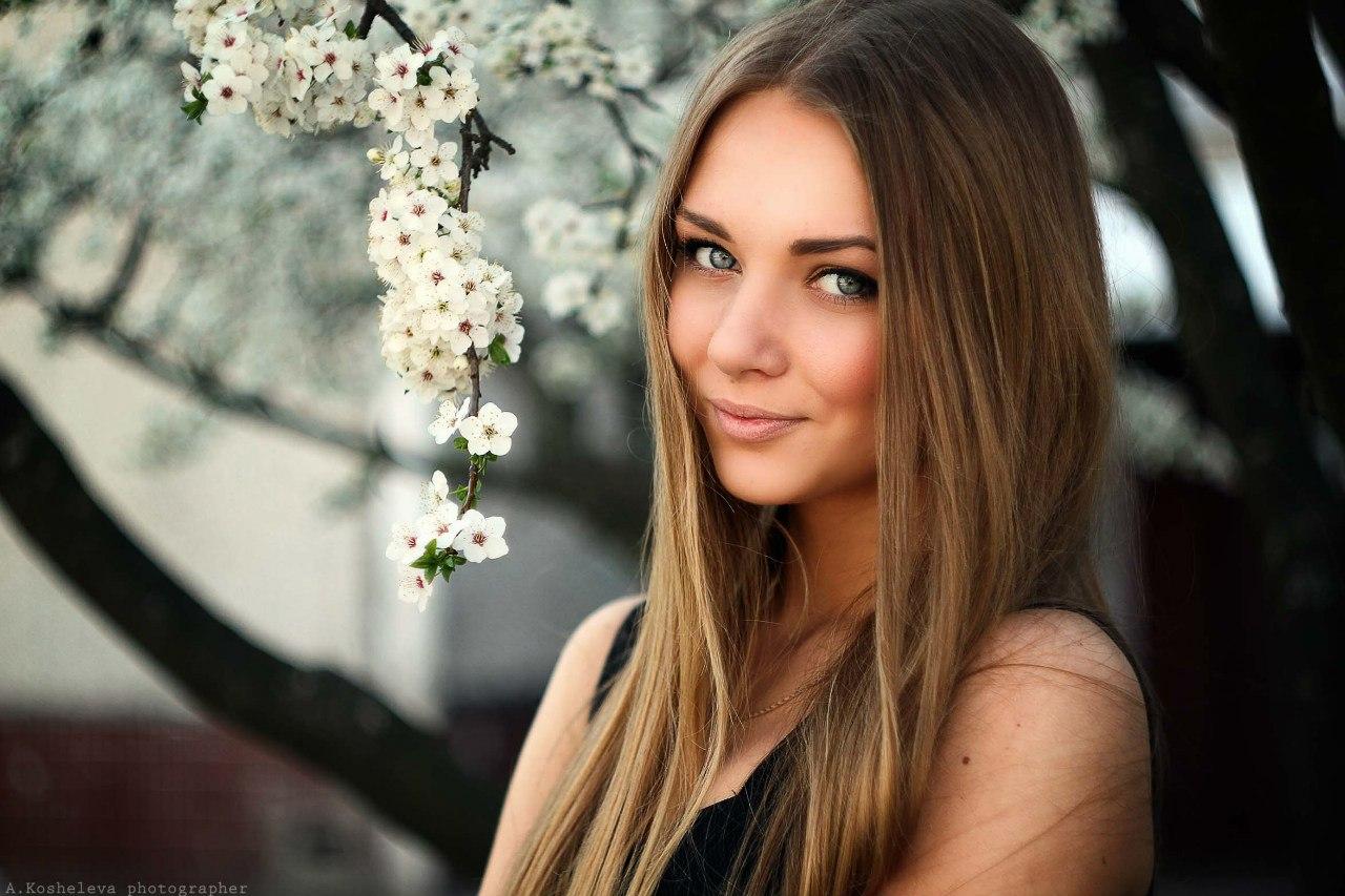 Фото возле дерева девушка