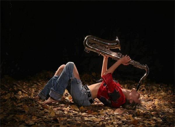 Фото Девушка  играет на саксофоне
