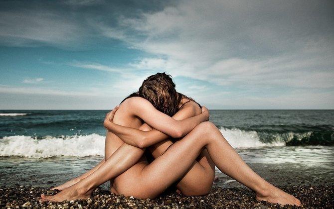 голые на берегу моря