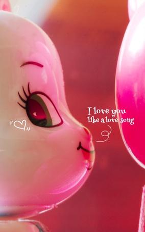 Фото Мордочка игрушечного зайчика мило улыбается, держа перед собой розовый воздушный шарик (I love you like a love song / Я люблю тебя, как в песне о любви)