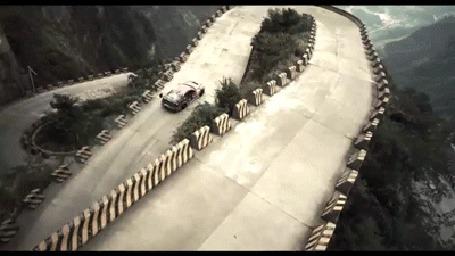 Фото Гоночная машина делает поворот по крутой дороге