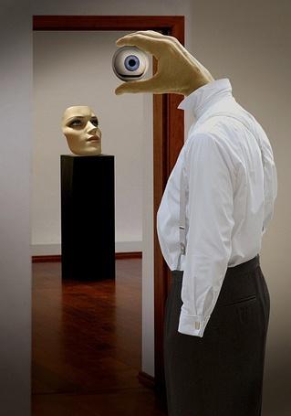 Фото Странный человек с рукой вместо головы смотрит на маску женщины - работа бельгийского фотографа Бена Гуссенса / Ben Goossens