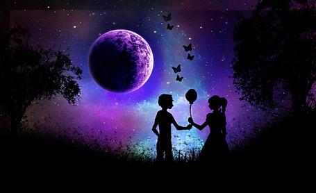 Фото Мальчик дарит воздушный шарик девочке, они стоят на фоне звездного неба и луны