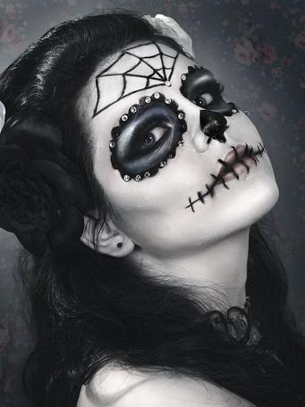 Фото Красивая девушка, с черными и белыми розами в волосах, с макияжем ко Дню мертвых