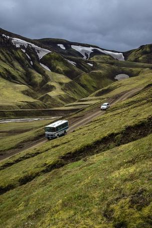 Фото Машины едут по горной дороге