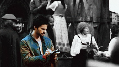 Фото Мужчина делает записи в блокнот
