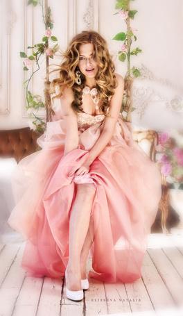 Фото Девушка в розовом платье сидит на цветочной качели