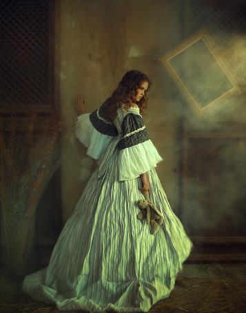 Фото Молодая девушка в длинном платье, стоит и держит в руке плюшевую игрушку зайца, фотограф Надежда Шибина
