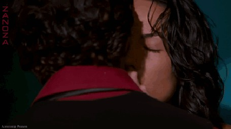 Фото Индийский актер Ритик Рошан обнимает и целует девушку
