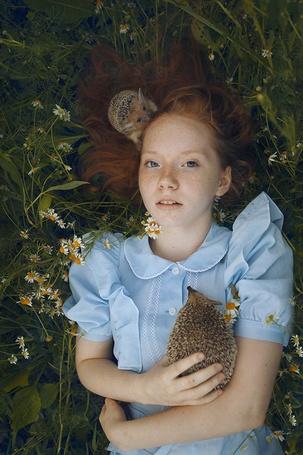 Фото Девушка лежит на траве с ежиками, фотограф Екатерина Плотникова